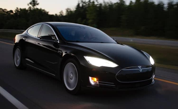 Tesla Bei Der Fahrt